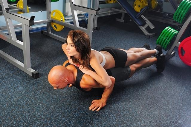 Не обязательно ходить в зал, чтобы накачать мышцы груди / shutterstock.com.